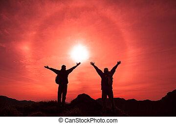 il, silhouette, di, due, uomo, con, successo, gesto