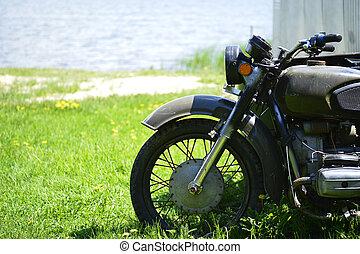 il, soviet, dnepr, motocicletta, su, il, erba verde, di, il, fronte, parte, primo piano, contro, uno, sabbioso, riva, vicino, il, lake.