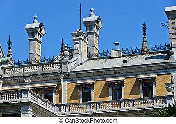 il, tetto, di, un, vecchio, castello, su, uno, fondo, di, cielo blu