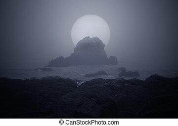 illuminato dalla luna, nebbioso, costa marittima