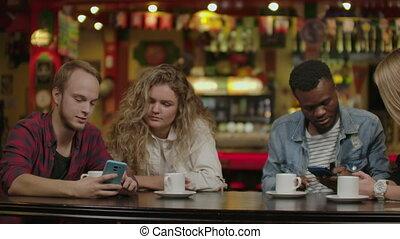 ils, intéressant, homme, hispanique, avoir, spectacles, bon temps, élégant, hipster, remplir, bar., plaisanterie, beau, barre, quoique, rire, elle, amis, établissement, boisson, smartphone