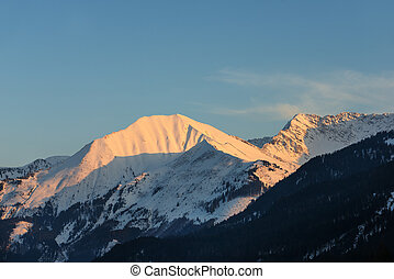 iluminado, picos, de, austríaco, montaña, en, invierno, tarde
