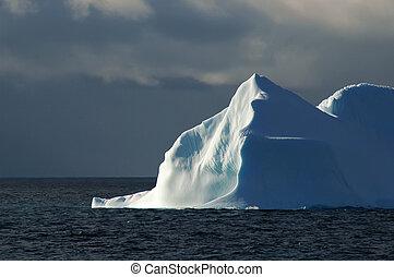iluminado por el sol, white-blue, iceberg, con, cielo oscuro