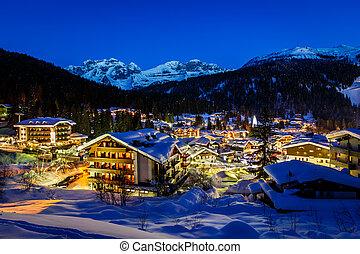 iluminado, recurso esquí, de, madonna di campiglio, en, el,...