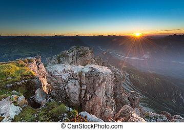 iluminado, rocas, en, el, cima, de, montaña, en, temperamental, salida del sol