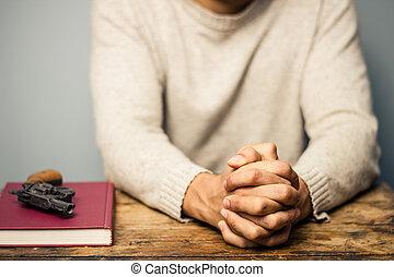 imádkozás, könyv, fontos, pisztoly, ember