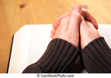 imádkozik