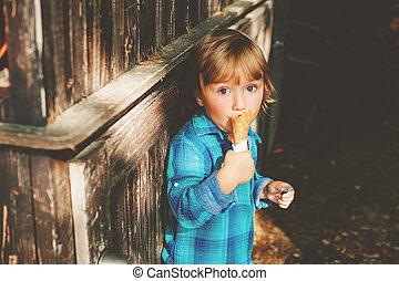 imádnivaló, 3, év öreg, szőke, fiú, étkezési, fagylalt, szabadban