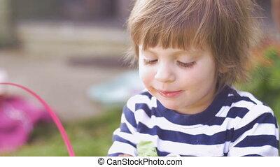 imádnivaló, kicsi lány, élvez, csokoládé, mosolygós, és,...