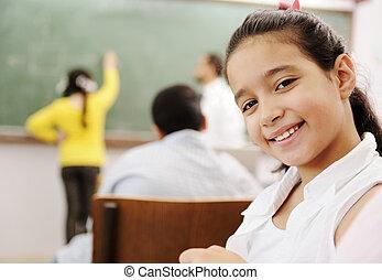 imádnivaló, lány mosolyog, alatt, izbogis, osztályterem, és,...