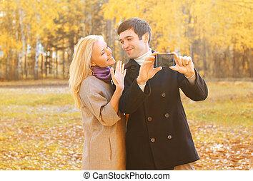image, couple, joli, prendre, ensoleillé, jeune, jour, automne, smarphone, dehors, portrait, sourire, soi, heureux