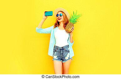 image, femme, coloré, été, prendre, short, lunettes soleil, jaune, rond, téléphone, chapeau, fond, ananas, sourire, selfie, heureux