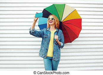 image, femme, parapluie, coloré, mur ville, selfie, téléphone, fond, prendre, blanc, sourire heureux