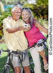 image, prendre, bicycles, appareil photo, numérique, couples aînés