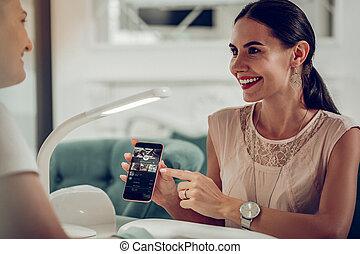 image, smartphone, elle, pointage, âge moyen, femme, chevelu