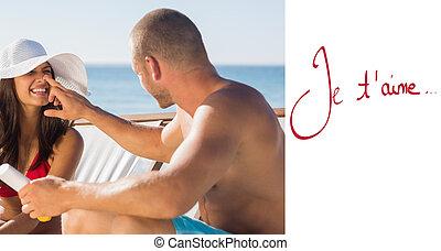 imagem composta, de, bonito, homem, aplicando, creme sol, ligado, seu, girlfr