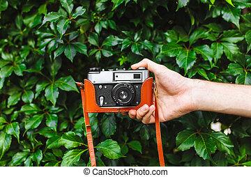 imagem, de, close-up, passe segurar, retro, câmera, photographer's, estilo vida, ao ar livre