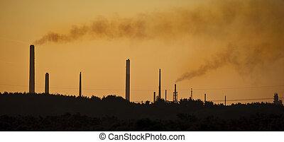 imagem laranja, matiz, para, destaque, a, impacto, de, chaminé industrial, pilhas, polluting, a, ar, em, um, natural, paisagem, armando