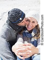 imagen compuesta, de, atractivo, pareja, en la playa, en, tibio, clothi