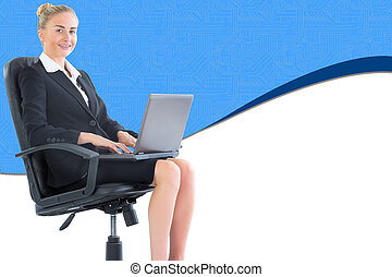 imagen compuesta, de, atractivo, rubio, mujer de negocios, sentado, en, silla giratoria, con, computador portatil