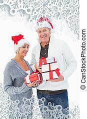 imagen compuesta, de, festivo, pareja madura, en, ropa de invierno, holdi
