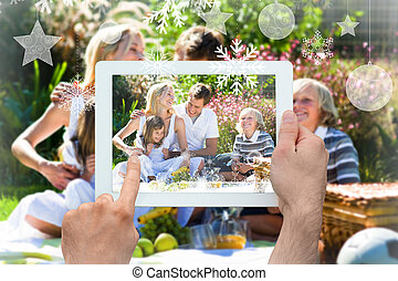 imagen compuesta, de, manos, tenencia, computadora personal tableta