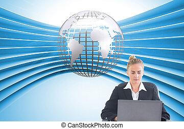 imagen compuesta, de, rubio, mujer de negocios, sentado, en, silla giratoria, con, computador portatil
