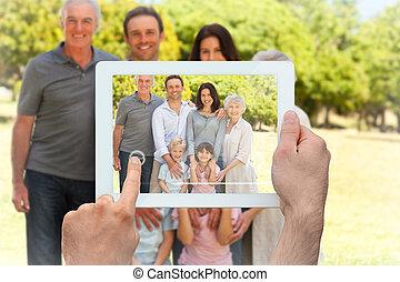 imagen compuesta, de, tenencia de la mano, computadora personal tableta
