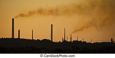 imagen con la naranja, tinte, a, toque de luz, el, impacto, de, chimenea industrial, pilas, contaminar, el, aire, en, un, natural, paisaje, ajuste