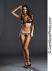imagen, de, bien proporcionado, bronceado, modelo, posar, en, ropa interior