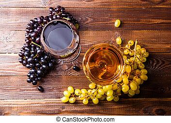 imagen, de, dos, anteojos, con, jugo, uva, en, tabla de madera
