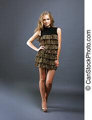 imagen, de, elegante, modelo, en, impresión del leopardo, vestido