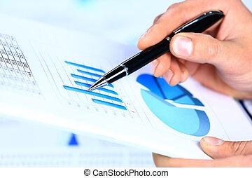 imagen, de, macho, mano señalar con el dedo, en, documento de negocio, durante, discusión, en, reunión