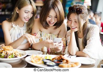imagen, restaurante, teléfonos, toma, amigos, elegante, feliz