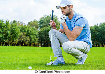 imagen, sostener la bola, pensamiento, golfista, sobre, cortado, luego, joven, arrodillar, mano, golf, barbilla, step.