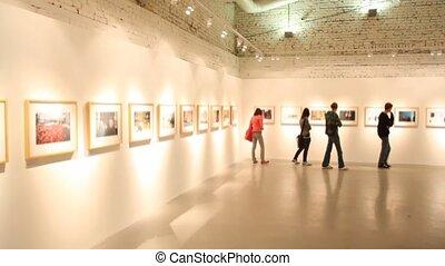 images, visiteurs, regarde, promenades, salle, exposition