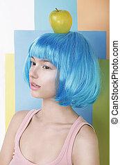 imagination., donna asiatica, in, blu, parrucca, con, mela, su, lei, testa