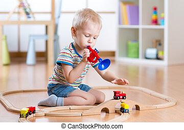 immaginare, ragazzo, poco, giochi, tubo, pavimento, legno, driver, gioco, bip, treno, bambino, nursery., ferrovia, dà