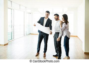 immobilienmakler, besprechen, wohnung, plan, mit, paar, in, leeres zimmer