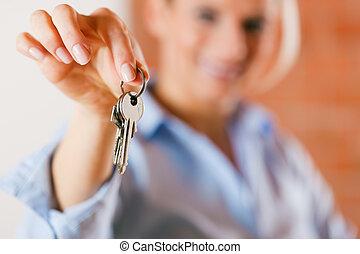 immobilienmakler, in, leerer , wohnung, geben, schlüssel