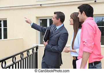 immobilienmakler, paar, eigenschaft, ausstellung