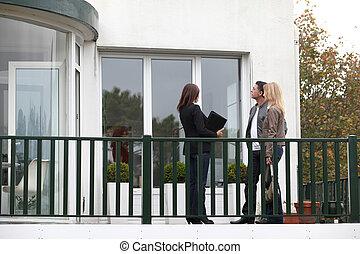 immobilier, maison, couple, vente, agent, devant