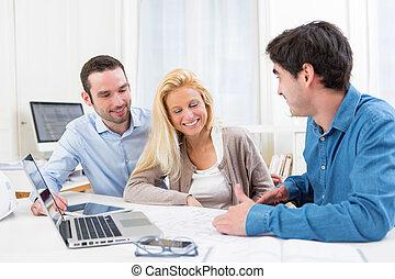 immobiliers, couple, jeune, agent, sérieux, réunion