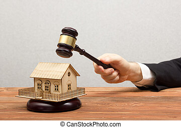 immobiliers, enchère, concept., main, juge, maison, marteau, modèle