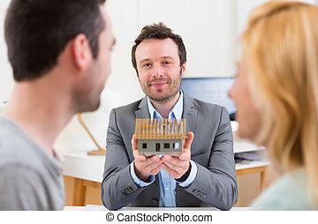 immobiliers, maison, couple, jeune, agent, présente, miniature