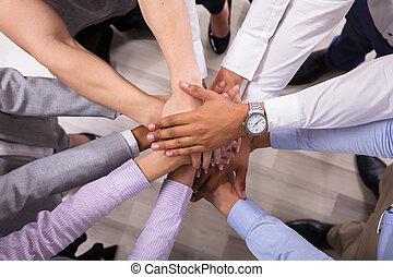 impilamento, vista, businesspeople, elevato, mani