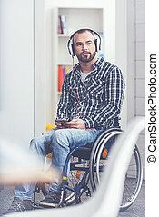 impliqué, moderne, jeune, invalide, gadgets, intérieur, utilisation