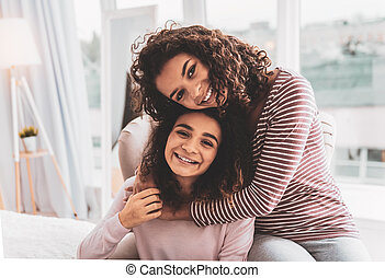 importar-se, amado, irmã, escuro-haired, dela, abraçando, enquanto, menina, sentimento