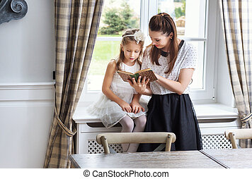 importar-se, filha, ler, como, mãe, ensinando