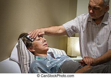importar-se, homem sênior, ajudando, seu, doente, esposa